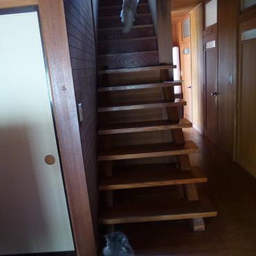 2階へ挑戦する弟と見送る姉