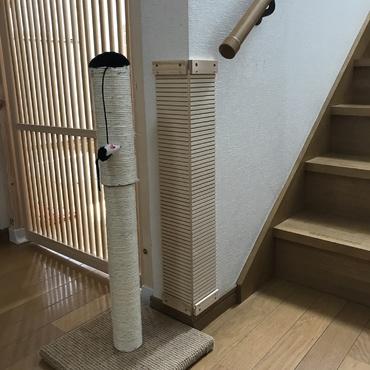 階段脇の爪研ぎ