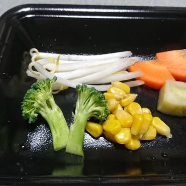 今日(11/22)の生野菜  もやし、さつまいも、コーン、人参、ブロッコリー  1番好きなのはコーンのジジ