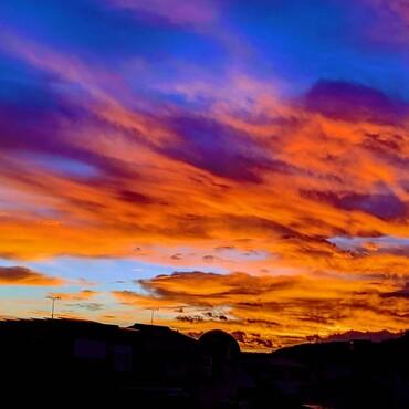 ちょここんさん☆これ、昨日の7/22の朝焼け('-'*)しかも、家の近所で撮れたよ♪明るいような、哀しみの暗さのような。。どちらもあるから美しいですよね。ありのままのちょここんさんだって美しいよ☆